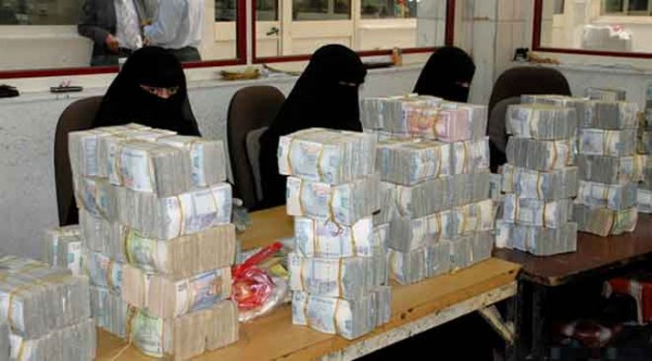 Prime Minister suspends salaries in Houthi-controlled areas after rebels ban banknotes