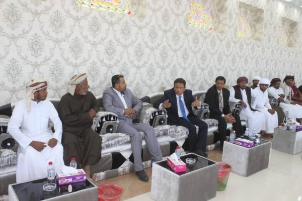 Al-Mahra's new governor starts work by sitting with anti-Saudi protesters